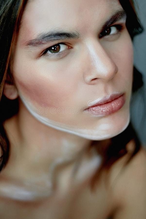 Mädchenmodell mit kreativem Make-up, Farbenanschläge auf dem Gesicht Kreative Person Lebende Skulptur Durchdachter Blick lizenzfreie stockfotos