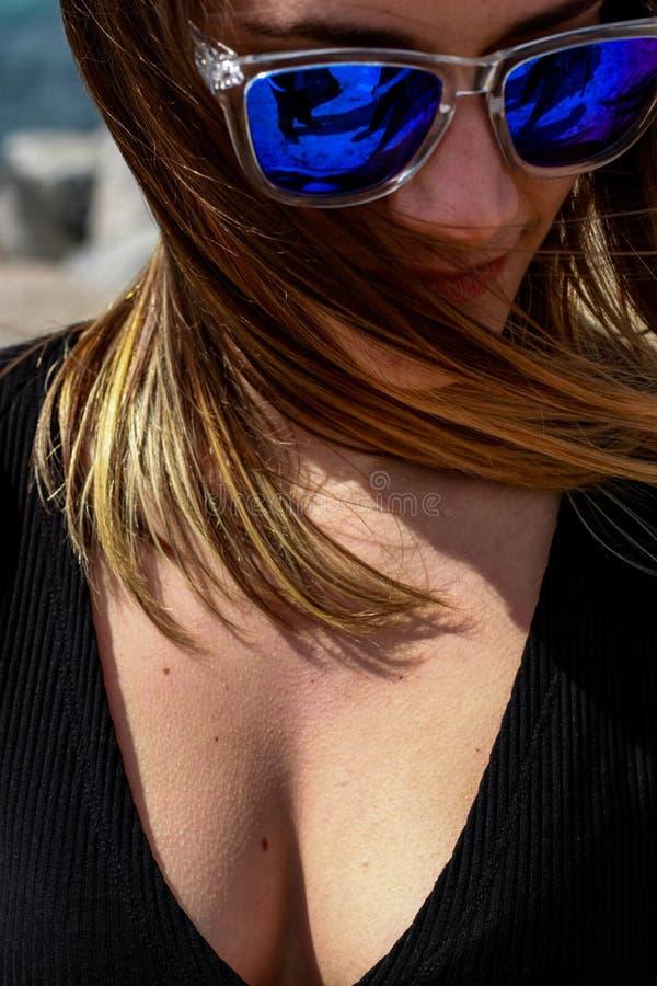 Mädchenporträt mit blauer Sonnenbrille ohne Markenzeichen stockfotos