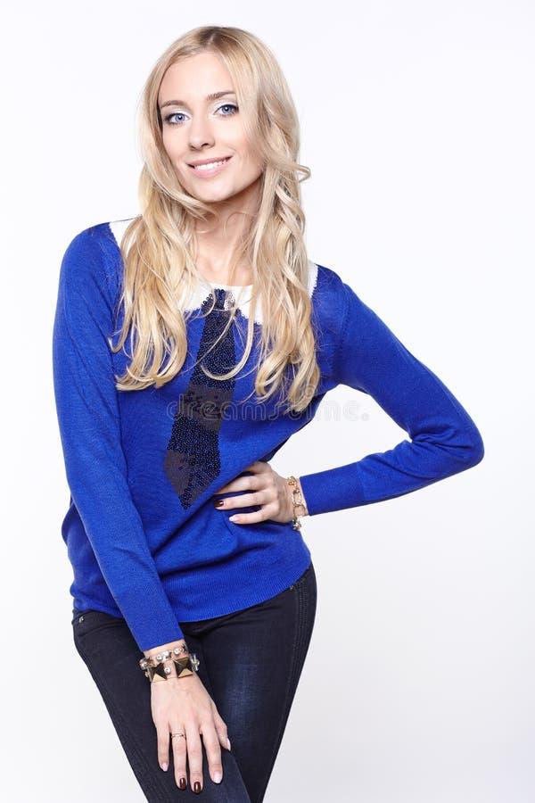 Mädchenporträt mit blauer Strickjacke stockbild