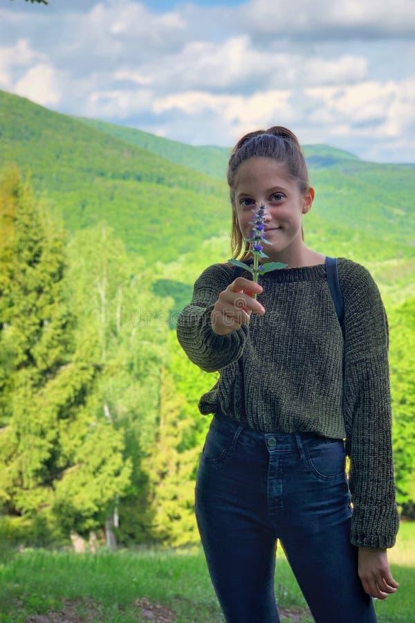Mädchenporträtphotographie in der Natur stockfoto