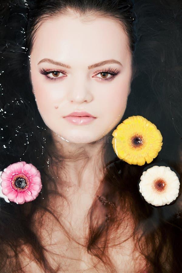 Mädchenportrait im Wasser lizenzfreie stockfotos
