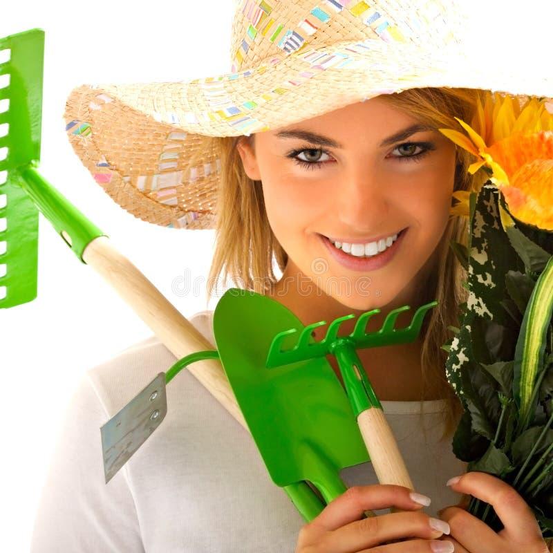 Mädchenportrait mit Gartenarbeithilfsmitteln stockfotos