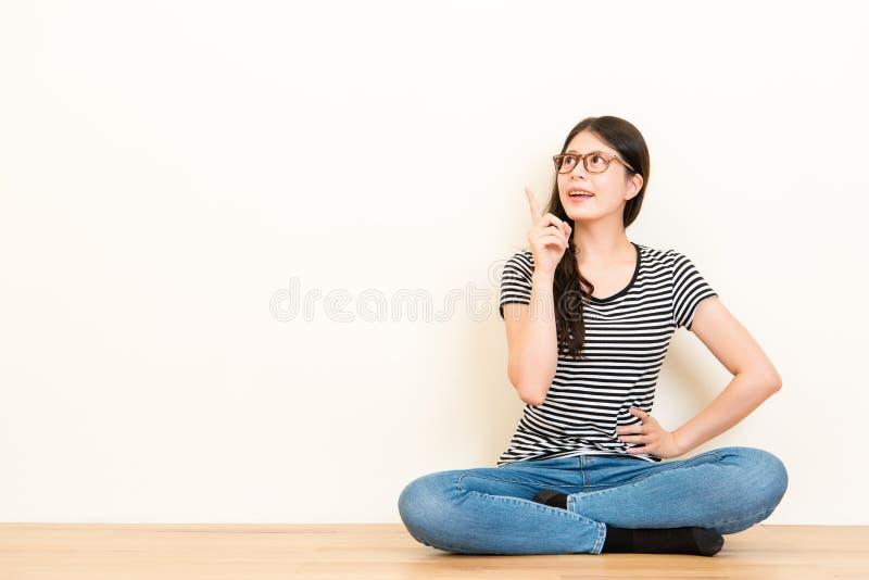 Mädchenpunkt mit dem Finger am leeren copyspace stockfoto