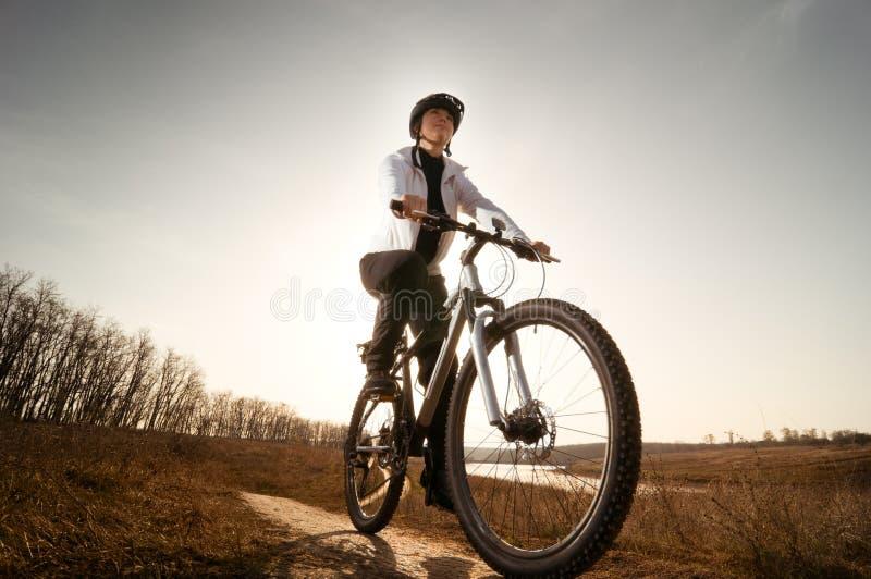 Mädchenradfahren stockfotos