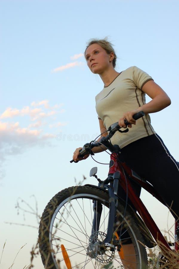 Mädchenradfahren lizenzfreies stockfoto