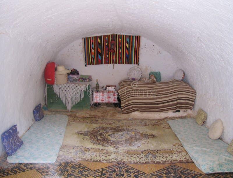 Mädchenraum Troglodytehaus Tunesien lizenzfreies stockbild
