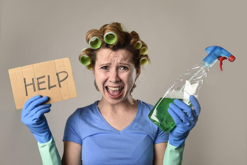 Mädchenreinigungsfrau oder faule Hausfrau im Druck in den Rollen mit Sprühflasche bitten um Hilfe lizenzfreies stockbild