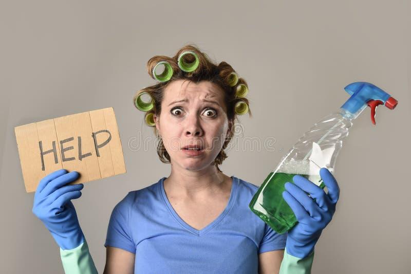 Mädchenreinigungsfrau oder faule Hausfrau im Druck in den Rollen mit Sprühflasche bitten um Hilfe lizenzfreie stockfotografie