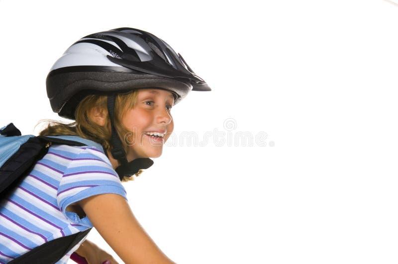Mädchenreitenfahrrad zur Schule lizenzfreie stockbilder