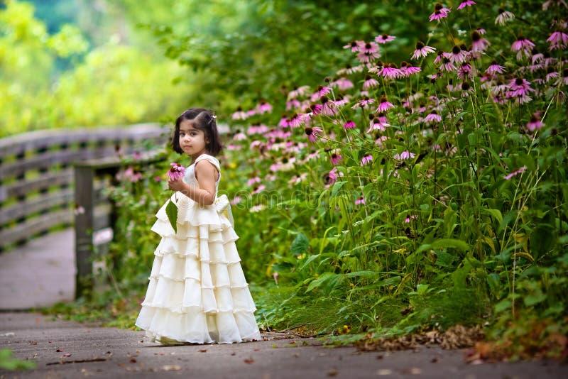 Mädchensammelnblumen lizenzfreie stockfotos