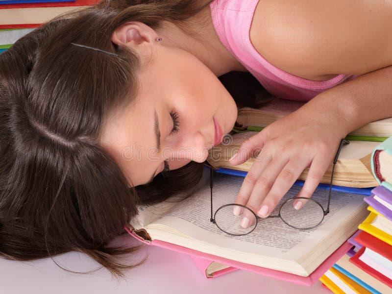 Mädchenschlaf auf Stapel des Buches. lizenzfreie stockfotos