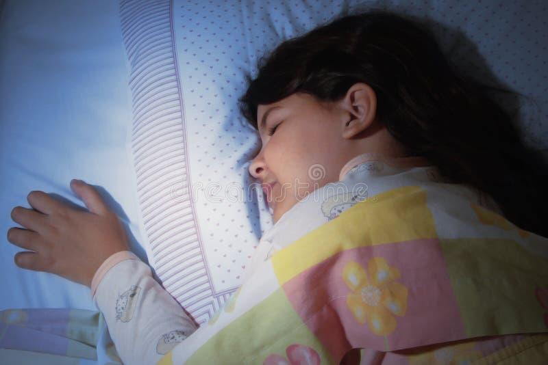 Mädchenschlafen lizenzfreie stockfotos