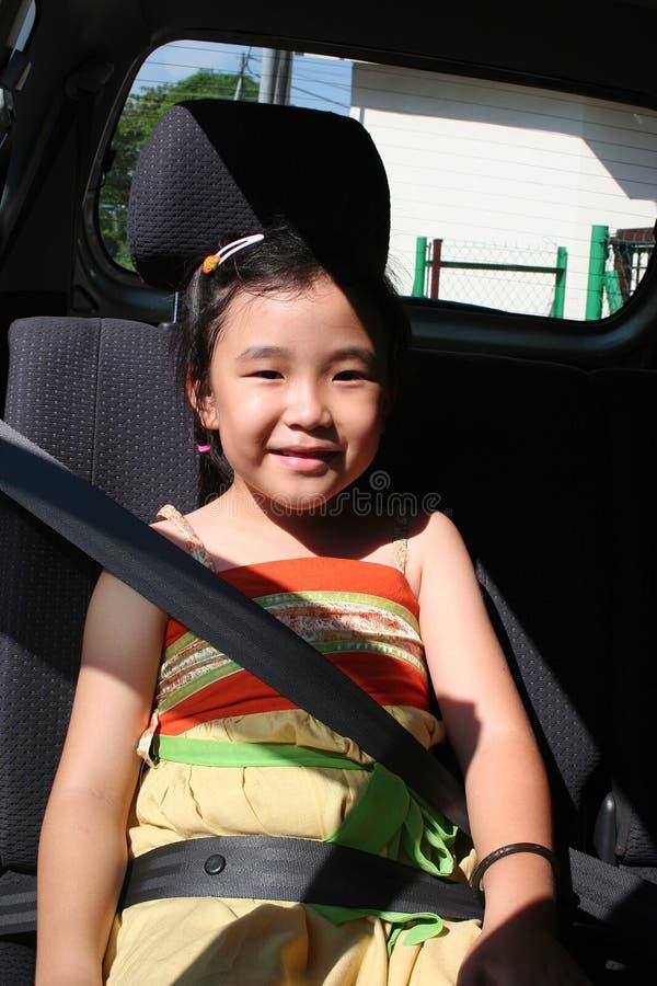 Mädchenschnallesicherheitsgurt stockbilder