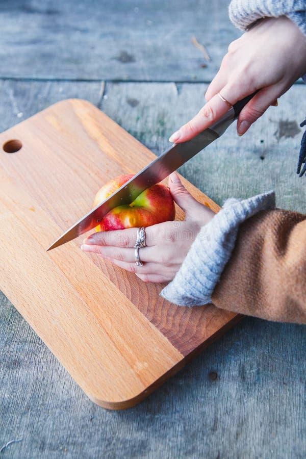 Mädchenschnitte ein Apfel im Wald stockbilder