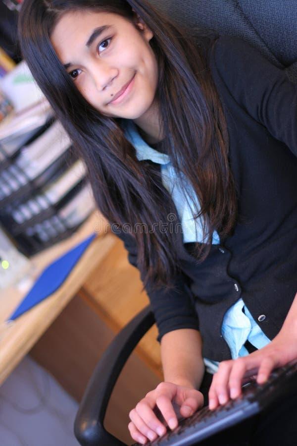 Mädchenschreiben des jungen jugendlich lizenzfreies stockbild