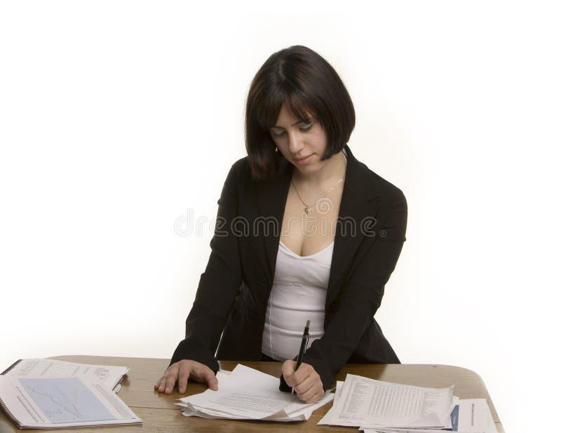 Mädchenschreiben an ihrem Schreibtisch lizenzfreie stockbilder