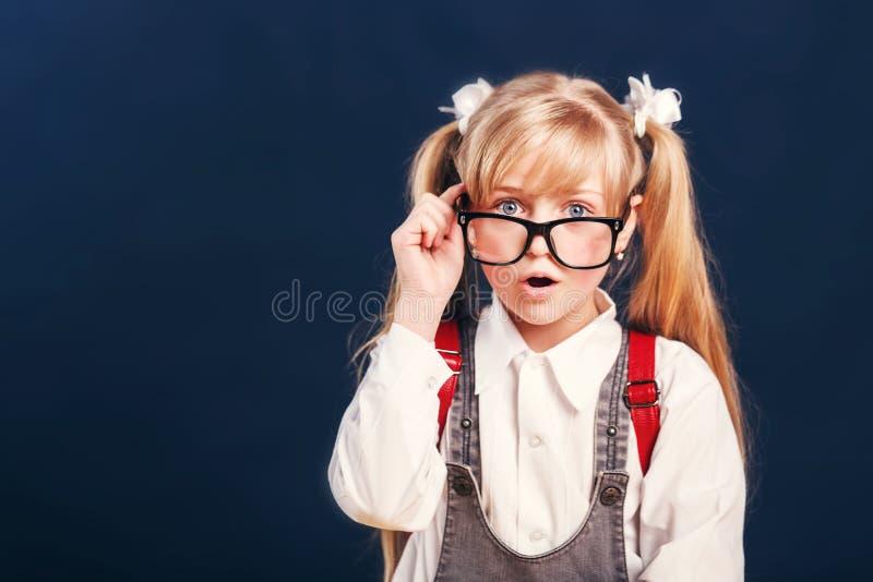 Mädchenschulbrillen-Porträtrucksack lizenzfreies stockfoto