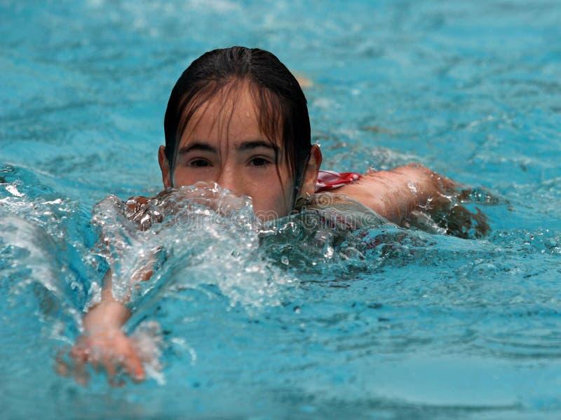 Mädchenschwimmen stockfoto