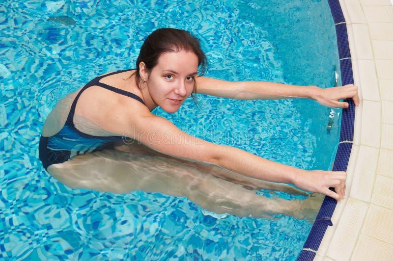 Mädchenschwimmen lizenzfreie stockbilder