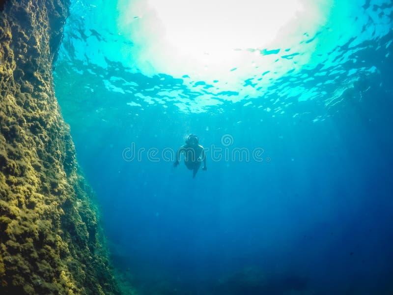 Mädchenschwimmen auf dem Meer lizenzfreies stockbild