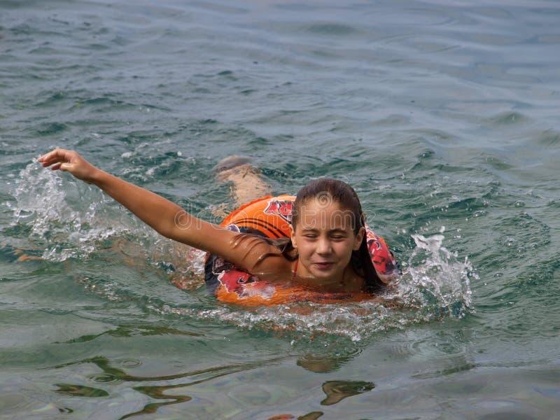 Mädchenschwimmen mit Herbewegungsring stockfoto