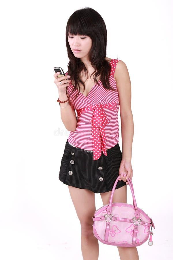 Mädchensenden sms stockfoto