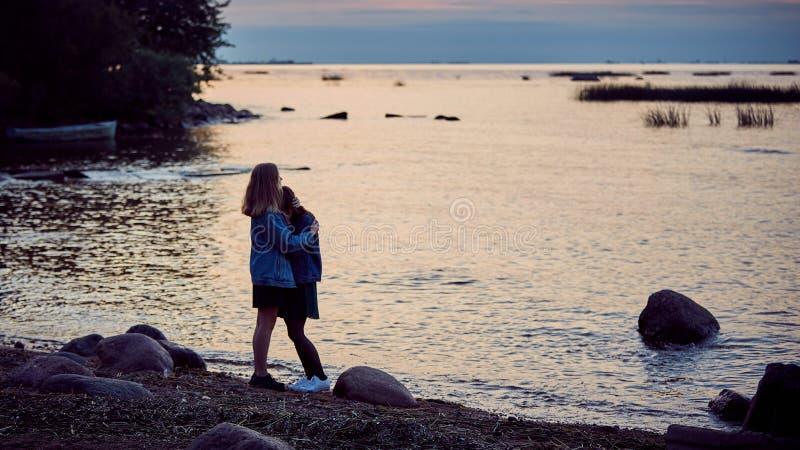 Mädchensommergeheimnisse lizenzfreie stockfotografie