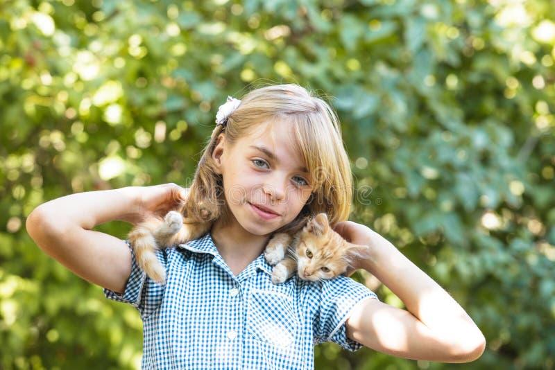 Mädchenspiel mit Kätzchen stockbild