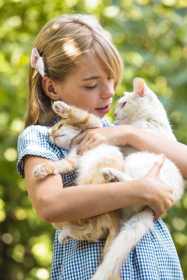 Mädchenspiel mit Kätzchen lizenzfreies stockbild