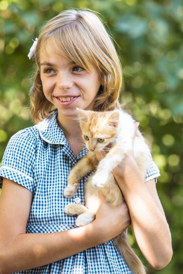 Mädchenspiel mit Kätzchen stockfotografie