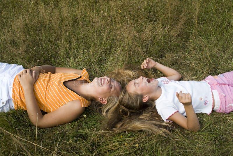 Mädchenspiele auf einer Wiese III stockfotografie