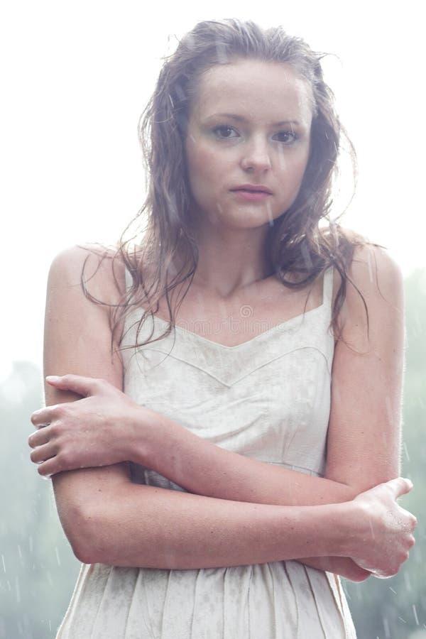 Mädchenstütze unter Regentropfen stockfoto