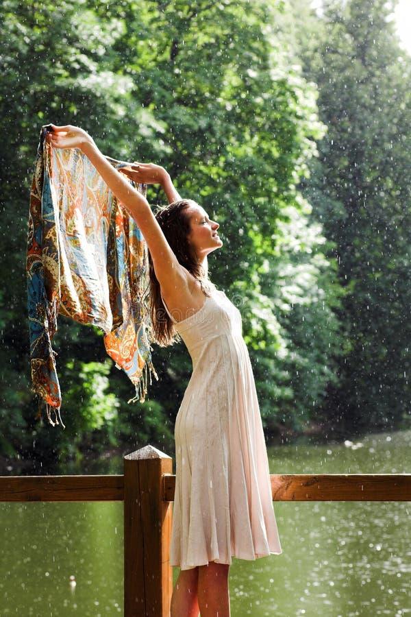 Mädchenstütze unter Regentropfen lizenzfreie stockfotos