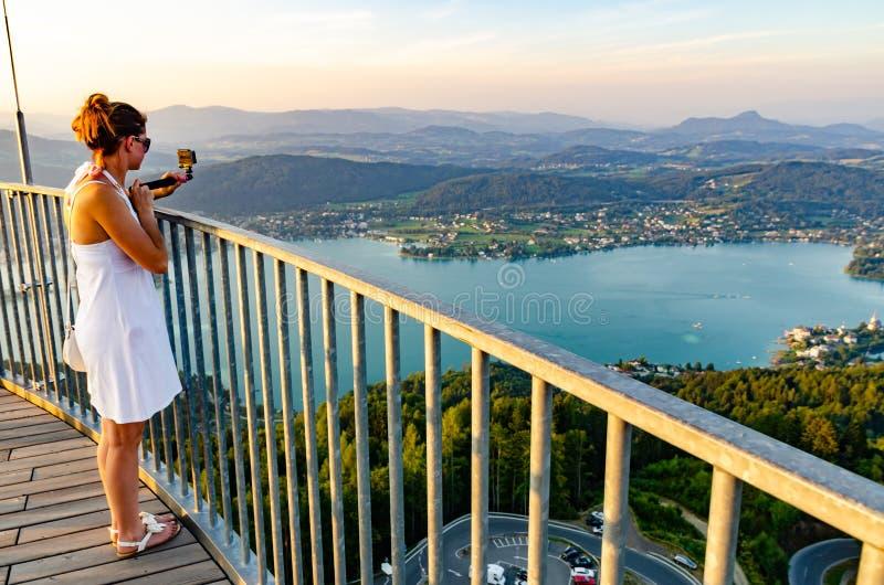 Mädchenstellung auf Plattform des Pyramidenkogel-Betrachtungsturms in Kärnten stockfoto