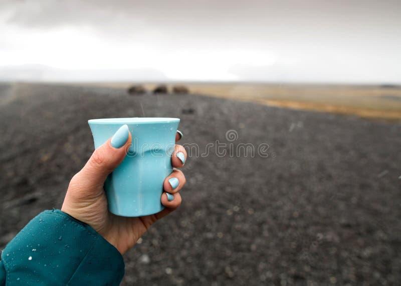 Mädchentourist, der ein Glas hält stockfoto