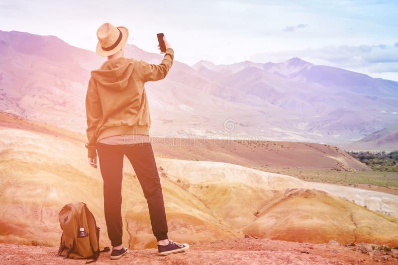 Mädchentourist macht Panorama vom blauen Berg lizenzfreies stockfoto