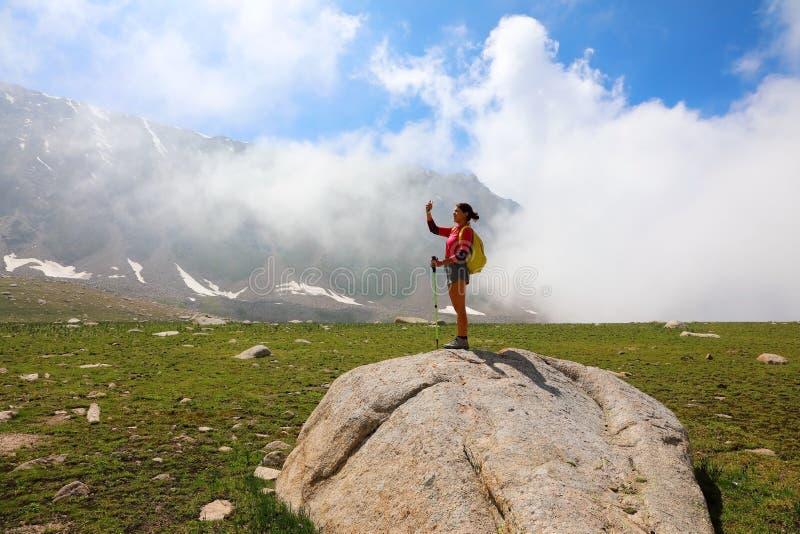 Mädchentourist nimmt selfie am Handy lizenzfreie stockfotos