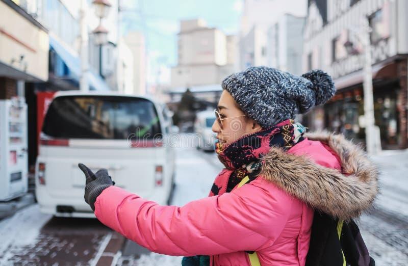 Mädchentouristen genießen, ein Restaurant für das Mittagessen am noboribetsu zu wählen stockfoto