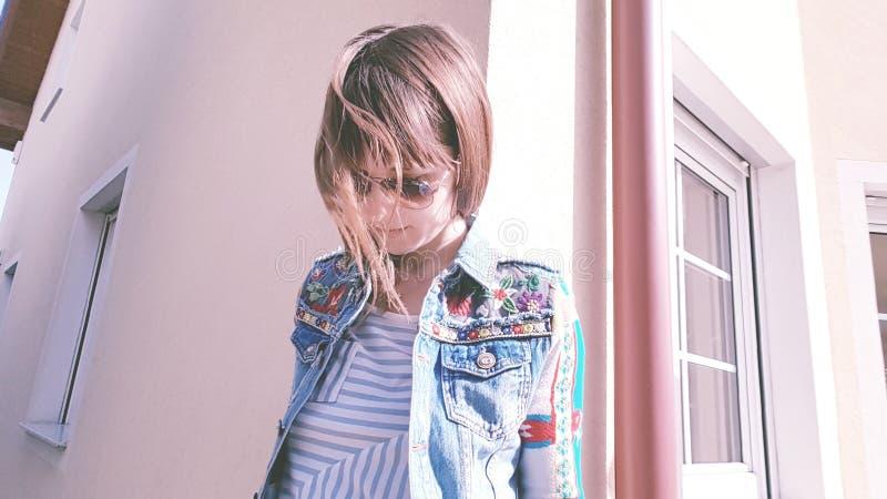 Mädchenträume der schönen bunten Kleidung des Hauses sonniger Tages stockfotografie
