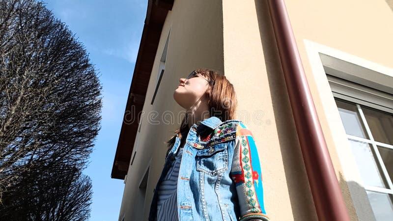 Mädchenträume der schönen bunten Kleidung des Hauses sonniger Tages lizenzfreies stockbild