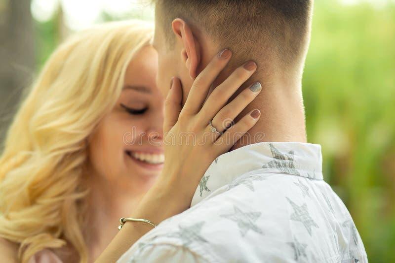 Mädchenumarmungen und küssen einen Kerl lizenzfreies stockfoto