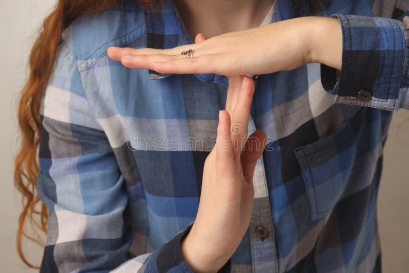 Mädchenvertretungsendhandzeichengeste u. x28; Körpersprache, Gesten, ps stockbilder
