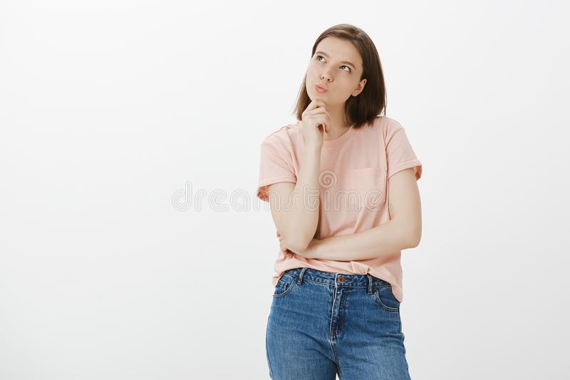 Mädchenwunder, wenn sie ein weiteres T-Shirt sich leisten kann Bestimmte kreative und nette Frau, stehend in der durchdachten Hal lizenzfreie stockfotos