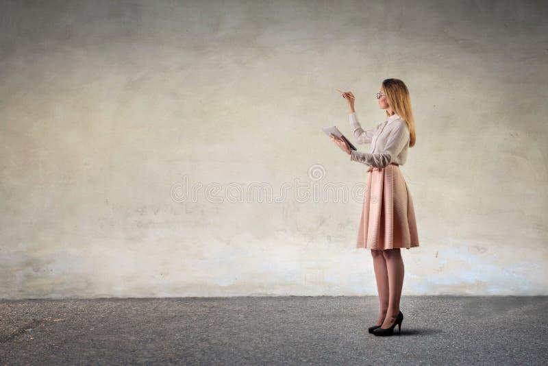 Mädchenzeichnung auf einem neutralen Hintergrund lizenzfreies stockfoto