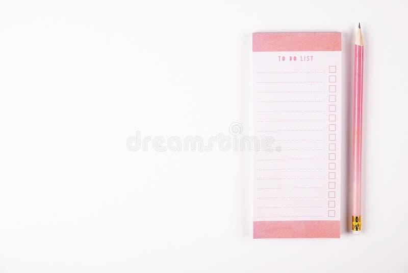 Mädelsatz Schulbedarf mit einfachem Bleistiftstift, leer Listennotizbuchblätter, leeres Auswahlkästchen tun Verfasser ` s Arbeits lizenzfreie stockfotografie