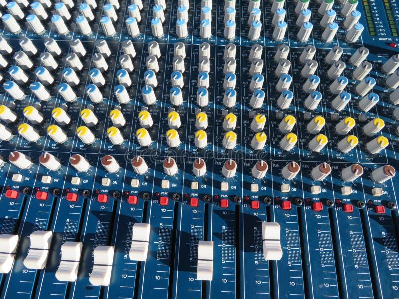 Mäktig blandare med många knappar och för många funktioner arkivbilder
