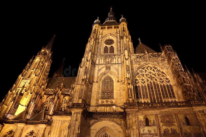 mäktig fasad av den gotiska domkyrkan av St Vitus i Prague royaltyfria foton