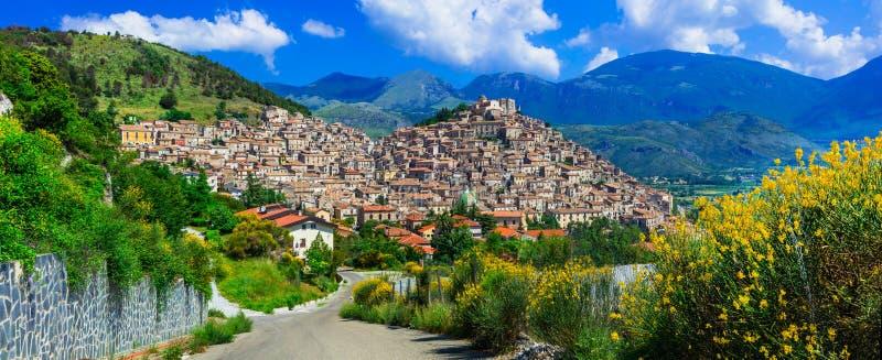 Mäktig Morano calabroby, sikt med hoiuses och berg, Calabria, Italien royaltyfri fotografi