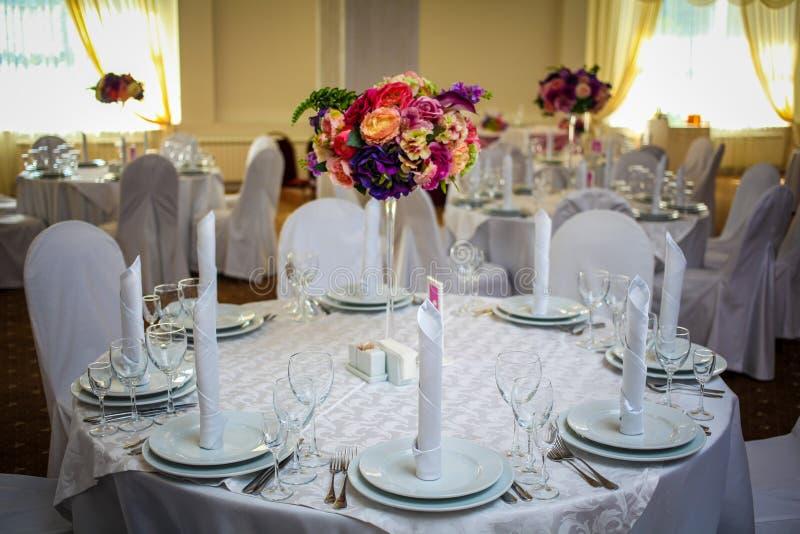 Mäktig och härlig bröllopaktivering Selektivt fokusera tonat royaltyfri bild