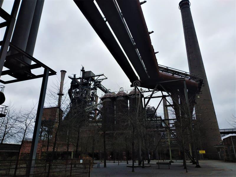 Mäktig sikt på tryckvågfurnance i Duisburg-Nord arkivfoto